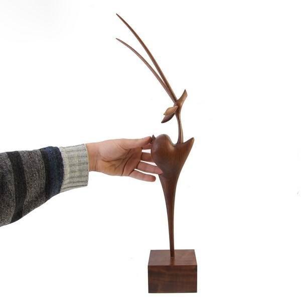 تندیس چوبی طرح آهوی ایستاده یک پا